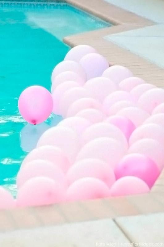 Addobbi per feste in giardino - mare di palloncini in piscina