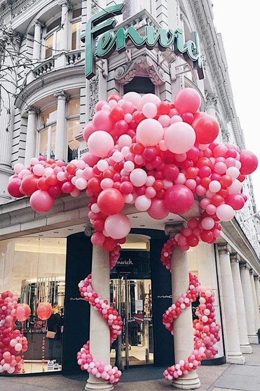 Esterno negozio con palloncini -2