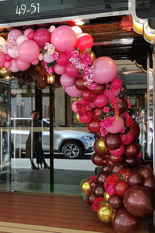 Esterno negozio con palloncini
