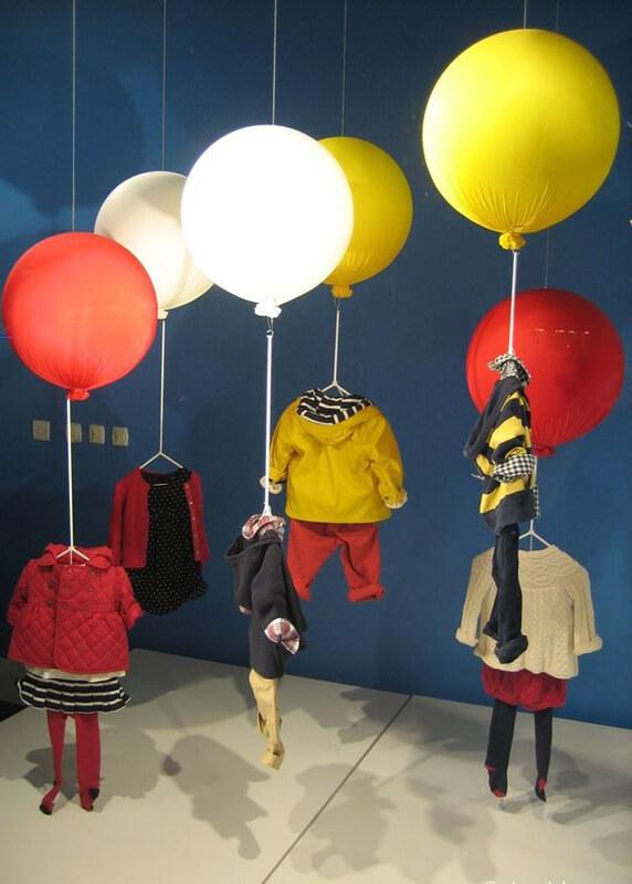 Decorazione vetrina negozio abbigliamento bambini