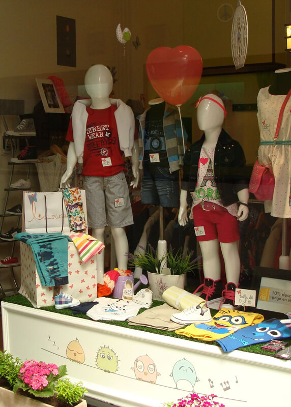 Vetrina negozio abbigliamento bambini -2