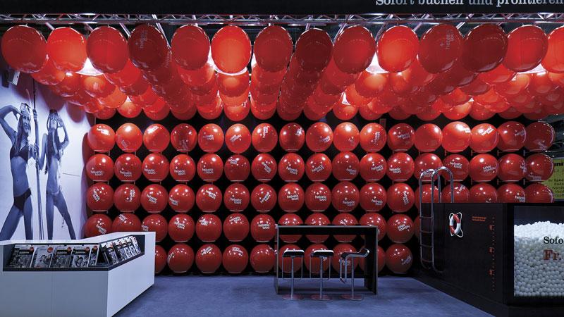 Allestire stand con palloncini e identità aziendale